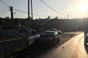 Policajti v Hradišti dokumentujú autonehodu.