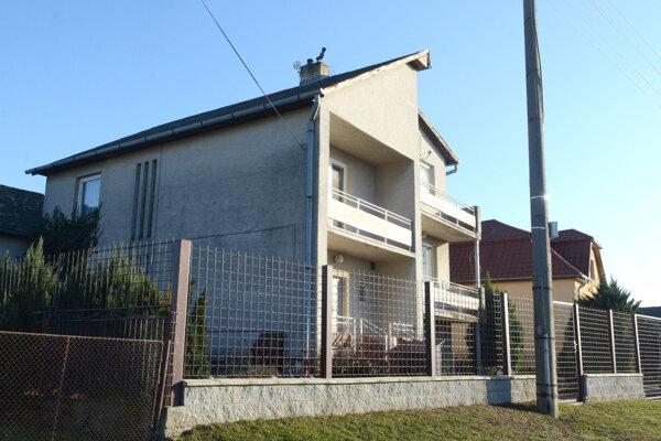 Firma S1 ako daňová dlžníčka sídli v obci Zemplínske Hradište v dome, ktorý patrí rodičom obvinenej podnikateľky Beáty P.