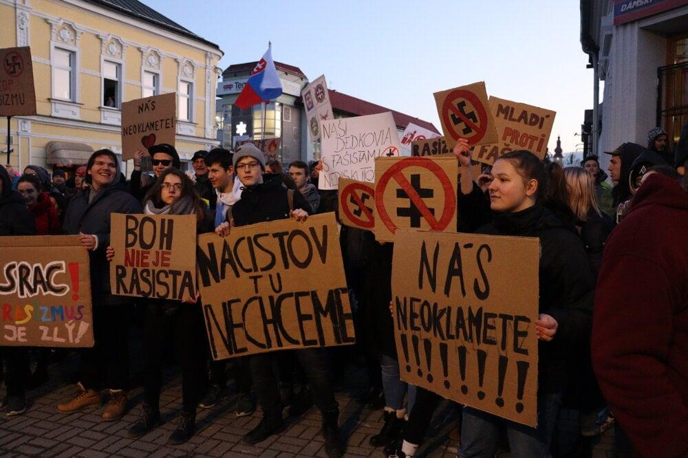 FOTO: Míting Kotlebovcov rozdelil Kysuckonovomešťanov - SME | MY ...
