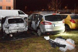 Obhorené autá na Čordákovej ulici.