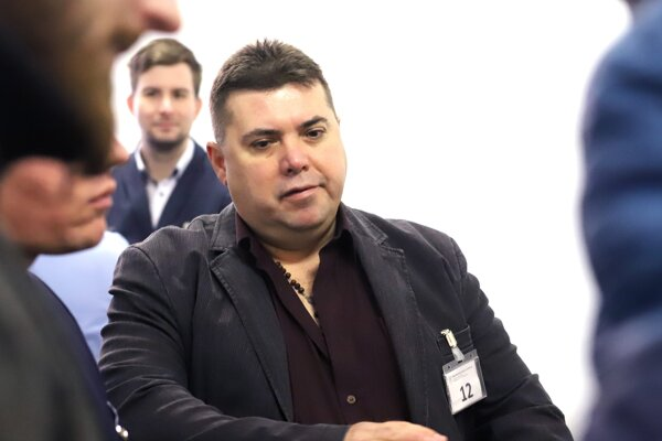 """Člen Kotlebovej ĽSNS Anton G., ktorý sa zdravil """"Na stráž"""" v budove Najvyššieho súdu."""