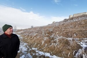 Podhradčan sa rád prejde po hradnom kopci. Chodí po označenom chodníku.