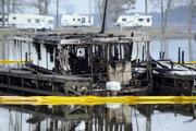 Požiar zničil najmenej 35 zakotvených lodí a člnov.
