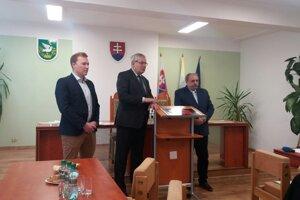Členovia petičného výboru za dostavbu diaľnice D3. Sprava Jozef Grapa, Ľubomír Janoška a Matej Fabšík.