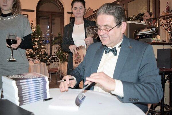 Známy lučenecký architekt Juraj Dobrocký počas decembrovej prezentácie knihy Dych vyrážajúce svedectvo.