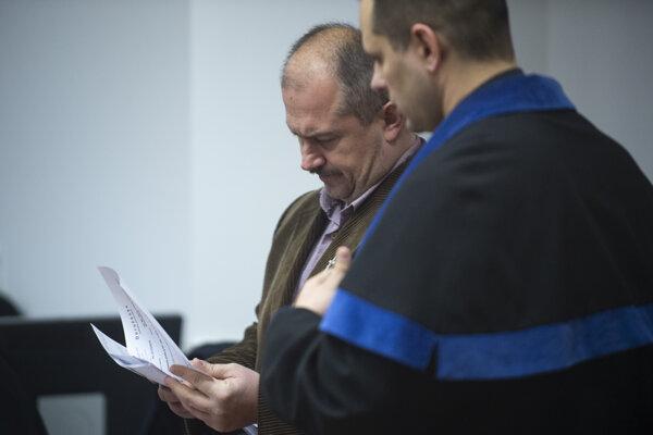 Na snímke vľavo predseda ĽSNS Marian Kotleba pred hlavným pojednávaním v kauze sporných šekov na Špecializovanom trestnom súde (ŠTS) v Pezinku 29. januára 2020.