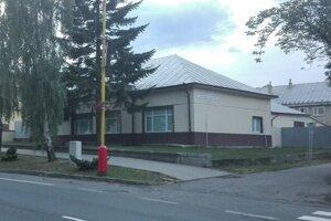 Najprv si škola prenajala v roku 2013 bývalý kaštieľ.