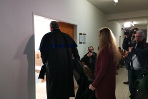 Obhajca Farkašovský s učiteľkou Petrou vchádzajú do pojednávacej miestnosti.