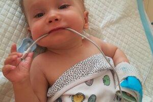 Dva dni z každého z ostatných mesiacov strávil Alex s mamou v nemocnici, kde mu priamo do miechy aplikovali liek Spinraza.