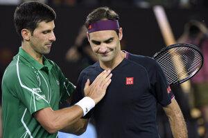 Novak Djokovič (vľavo) a Roger Federer.
