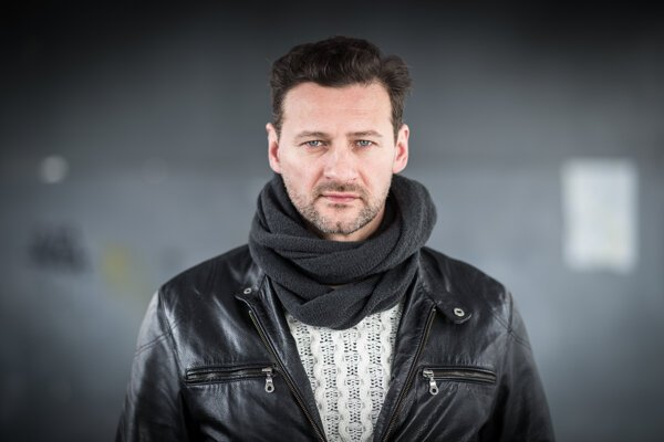 Marko Igonda. Vo filme Sviňa hrá predsedu strany.