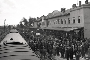 Prvý vlak prichádza do Lučenca.