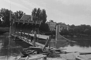 Kolonádový most v Piešťanoch vyhodila do vzduchu ustupujúca nemecká armáda 2. apríla 1945 ráno na druhý pokus, pri prvom použili slabú nálož. Most opravili v roku 1956.