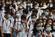Študenti na Filipínach majú nasadené ochranné masky.
