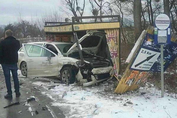 Pri hrozivo vyzerajúcej dopravnej nehode sa zranili dvaja ľudia.