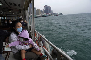 Loď smeruje do prístavu Victoria v Hongkongu.