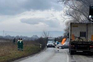 Po náraze BMW zhorelo.