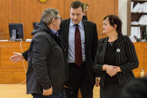 Rodičia Jána Kuciaka Jozef a Jana a ich zástupca Daniel Lipšic.