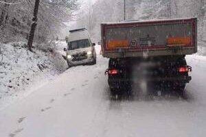 Husté sneženie komplikuje dopravu na Donovaloch.
