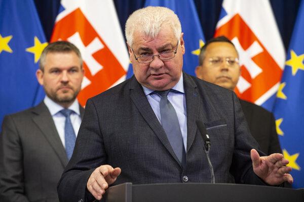 Minister dopravy, výstavby a regionálneho rozvoja SR Árpád Érsek.