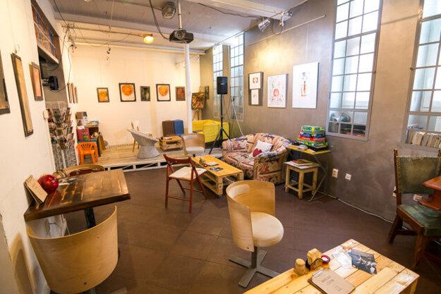 Výstavný priestor s kaviarňou.