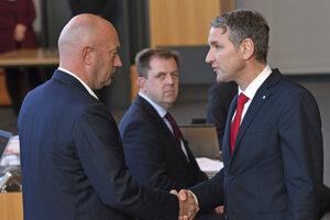 Líder krajne pravicovej AfD Björn Höcke (vpravo) blahoželá k zvoleniu Thomasovi Kemmerichovi.