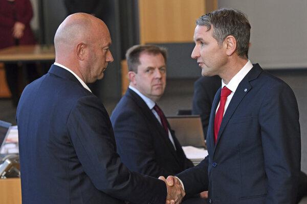 Líder krajne pravicovej AfD Björn Höcke (vpravo) blahoželá k zvoleniu Thomasovi Kemmerichovi. Ten však aj na nátlak Merkelovej na druhý deň odstúpil.