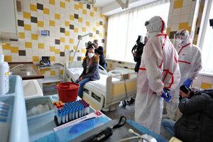 Cvičenie zamerané na pripravenosť pri koronavíruse v nemocnici v Banskej Bystrici.