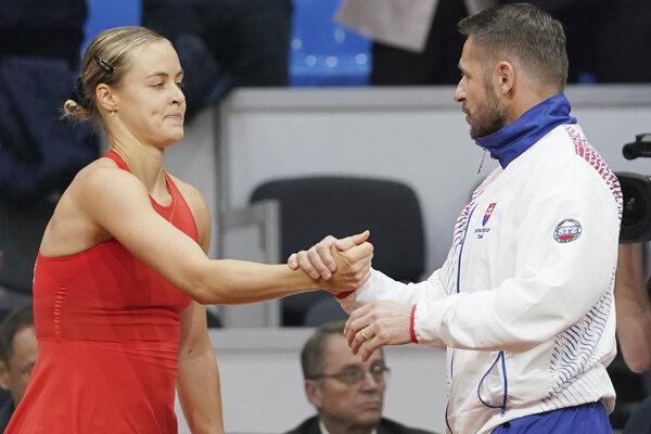 Kapitán slovenského fedcupového tímu Matej Lipták a Anna Karolína Schmiedlová po výhre nad Heather Watsonovou.