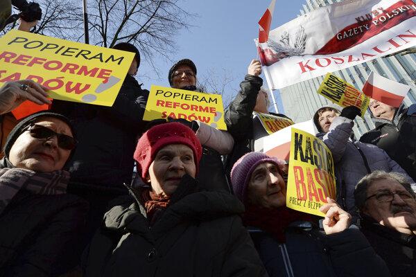 Vo Varšave sa zhromaždili tisíce demonštrantov, ktorí tak prejavili podporu pravicovej vláde.