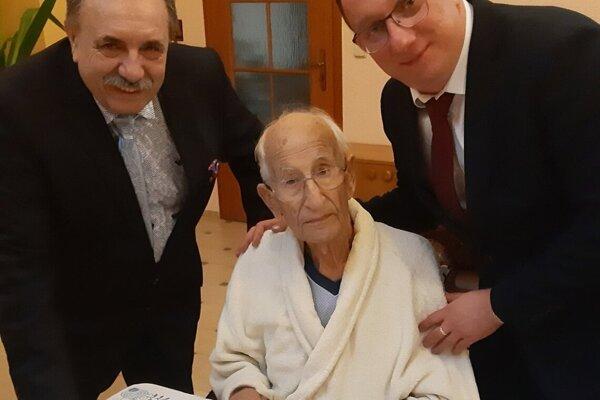 Primátor Krásna nad Kysucou Jozef Grapa, Mons. Ľudovít Baláži a starosta Zborova nad Bystricou Juraj Hlavatý.