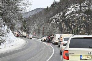 Situácia na zasneženom horskom priechode Donovaly.