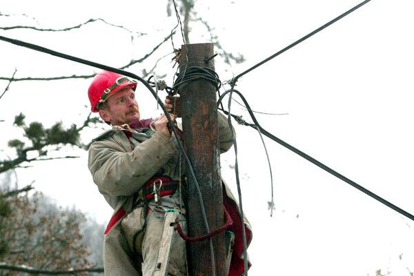 Elektrikárom sťažuje prácu nárazový vietor. Ilustračné foto.