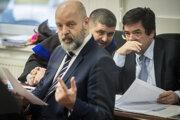 Obžalovaný Marian Kočner (vpravo) debatuje s obhajcom Michalom Mandzákom, v popredí obžalovaný Pavol Rusko.