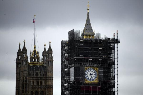 Big Ben je obkolesený lešením.