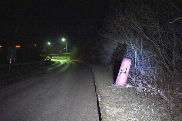 Jedna lampa popri tejto ceste je celkom zdemolovaná, ďalšie tri nesvietia.