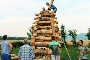Na postavení malinovskej vatry sa podieľali starší i mladí ľudia.