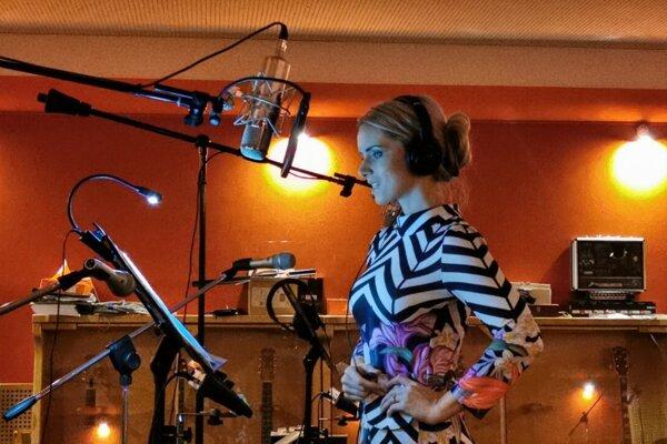Heligonkárka Vlasta Mudríková v nahrávacom štúdiu.