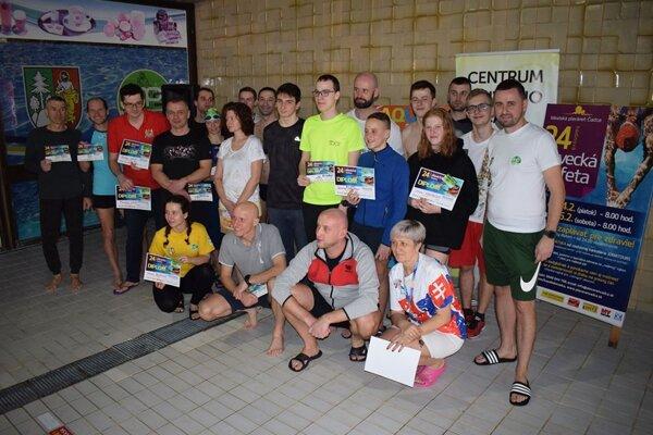 Spoločné foto ocenených plavcov.