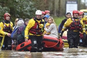 Záchranári evakuujú obyvateľov zasiahnutých oblastí.