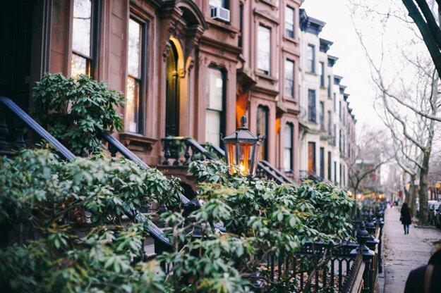 Ulice Brooklynu s typickými nízkymi tehlovými domami