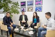 Pozvanie na Kávu s dekanom využívajú zamestnanci aj študenti. Adekan Miloš Poliak ich ponúka nielen kávou, ale aj sladkosťou.