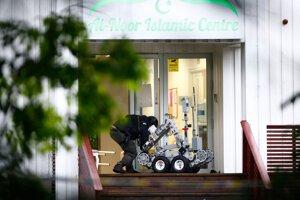 Policajt s robotom vchádzajú po streľbe do mešity al-Noor v nórskom meste Baerum v sobotu 10. augusta 2019.