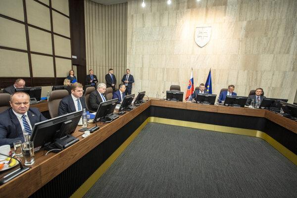 Atmosféra počas rokovania 196. schôdze vlády SR.