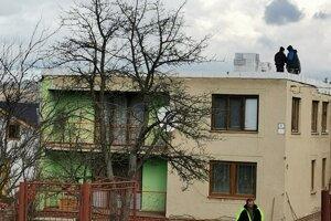 S opravou strechy pomáhajú ľudia z obce.