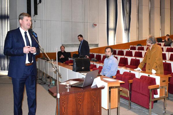 Kandidát Jozef Oberuč (vľavo) sa sťažoval, že ho pri prezentácii vyviedla z miery neustále vyrušujúca pani. (vpravo).