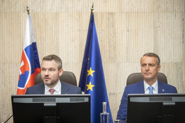 Predseda vlády SR Peter Pellegrini a podpredseda vlády SR pre investície a informatizáciu Richard Raši počas rokovania 196. schôdze vlády SR.