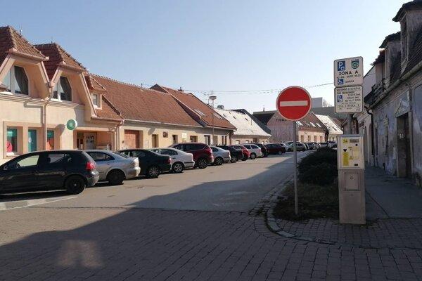 Na Pekárskej ulici v Trnave bývajú všetky parkovacie miesta väčšinou obsadené