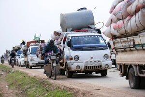 Civilisti utekajúci z Idlibu pred vládnymi silami smerom k tureckým hraniciam 29. januára 2020.