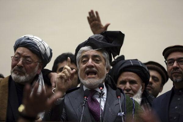 Afganský premiér a neúspešný kandidát na prezidenta Abdulláh Abdulláh (uprostred) vystupuje pred novinármi v Kábule v utorok 18. februára 2020.